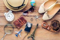 Trajes de los accesorios del viaje Pasaportes, accesorios preparados para el viaje Imagenes de archivo