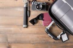 Trajes de los accesorios del viaje Pasaportes, maleta Foto de archivo