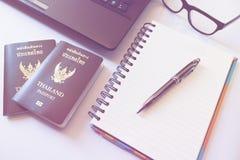 Trajes de los accesorios del viaje Pasaportes Tailandia, preparación para Foto de archivo libre de regalías