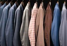 Trajes de los hombres en una tienda de la moda Imágenes de archivo libres de regalías