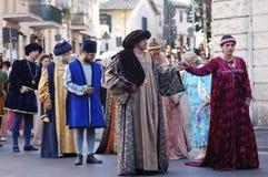 Trajes de Medioeval en Bracciano (Italia) Imagen de archivo libre de regalías