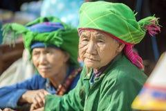 Trajes de mulheres da minoria étnica, no mercado velho de Dong Van fotos de stock
