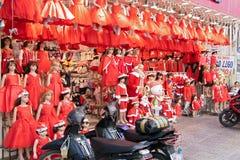 Trajes de Santa Claus em uma loja em uma rua em Ho Chi Minh City fotografia de stock royalty free