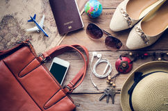 Trajes dos acessórios do curso Os passaportes, telefone esperto, acessórios prepararam-se para a viagem Fotografia de Stock Royalty Free