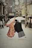 Trajes japoneses tradicionais vestidos por um par novo em seu dia da união imagens de stock royalty free