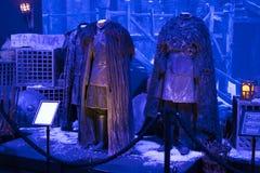 Trajes originais dos atores e dos suportes do ` The Game do filme do ` dos tronos nos locais do museu marítimo de Barcelona foto de stock royalty free