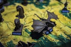 Trajes originais dos atores e dos suportes do ` The Game do filme do ` dos tronos nos locais do museu marítimo de Barcelona foto de stock
