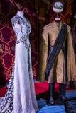 Trajes originais dos atores e dos suportes do ` The Game do filme do ` dos tronos nos locais do museu marítimo de Barcelona imagens de stock