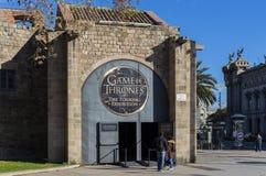 Trajes originais dos atores e dos suportes do ` The Game do filme do ` dos tronos nos locais do museu marítimo de Barcelona fotos de stock