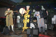 Trajes para hombre orientales nacionales de Turkmenistán del grupo turcomano de la música tradicional que juegan música tradicion Fotografía de archivo libre de regalías