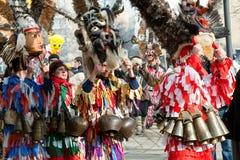 Trajes tradicionales en los juegos de la mascarada fotos de archivo