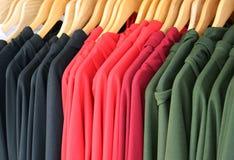 Trajes y ropa en el carril imagenes de archivo