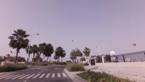 Trajet en voiture sur les routes de la vidéo capitale de longueur d'actions d'Abu Dhabi banque de vidéos