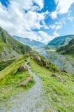 Trajeto à cruz grande nas montanhas de Geórgia Foto de Stock Royalty Free
