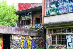 Trajeto abandonado velho que está sendo comido pela natureza-natureza contra a cidade Foto de Stock Royalty Free