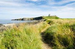 Trajeto ao castelo de Dunstanburgh imagem de stock
