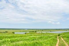 Trajeto ao rio através de um campo verde Foto de Stock