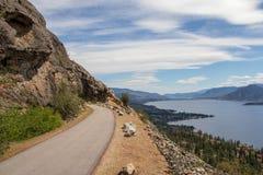 Trajeto através das montanhas sobre a vista do lago okanagan imagens de stock royalty free