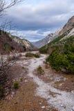 Trajeto através de um vale da montanha Fotografia de Stock Royalty Free