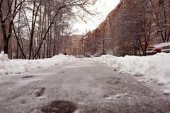 Trajeto cancelado na jarda da casa em uma área residencial Queda de neve pesada na cidade foto de stock