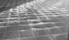 Trajeto coberto de neve da cidade sob os raios do sol Fotografia de Stock Royalty Free
