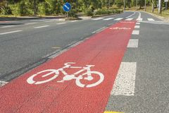 Trajeto da bicicleta tirado na estrada asfaltada Pistas para ciclistas Sinais e segurança rodoviária de tráfego Fotos de Stock