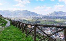 Trajeto da montanha com uma cerca de madeira em um fundo do céu azul O italiano Apennines foto de stock royalty free