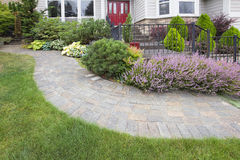 Trajeto de Front Yard Garden Curve Paver Fotos de Stock