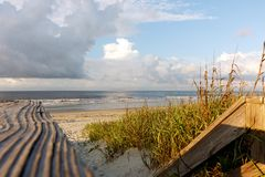 Trajeto de madeira à costa cênico de Oceano Atlântico Fotos de Stock