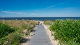 Trajeto de madeira à praia no usedom da ilha fotos de stock