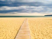 Trajeto de madeira ao mar foto de stock royalty free