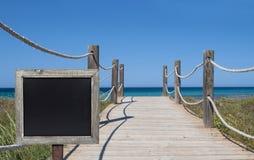 Trajeto de madeira do pé ao mar Mediterrâneo em spain foto de stock