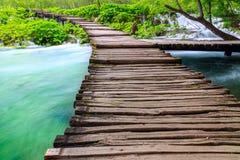 Trajeto de madeira do turista no parque nacional dos lagos Plitvice Fotos de Stock Royalty Free