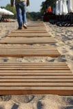 Trajeto de madeira na praia. Fotos de Stock Royalty Free