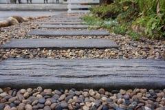 Trajeto de madeira no jardim Imagem de Stock