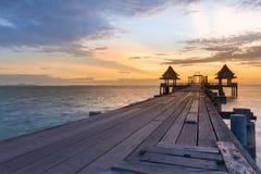 Trajeto de passeio de madeira que conduz à skyline do seacoast Foto de Stock Royalty Free