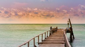 Trajeto de passeio de madeira sobre a skyline do seacoast fotos de stock royalty free