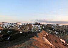 Trajeto de passeio na crista da montanha Blahnukur no por do sol, área de Landmannalaugar, reserva natural de Fjallabak, Islândia imagens de stock
