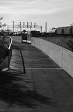 Trajeto de passeio perto da estrada de ferro fotografia de stock