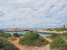 Trajeto de pedra com uma vista do litoral e do DES britânico velho Castellar de Torre da era na borda da baía no santandria de ca imagem de stock