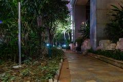 Trajeto de pedra perto da casa A iluminação da noite, luzes é iluminada imagem de stock