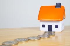 Trajeto do dinheiro que conduz a uma casa da espuma Fotografia de Stock