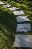 Trajeto do gramado da grama e do jardim da pedra Foto de Stock