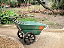 Trajeto do jardim botânico com carrinho de mão e ferramentas de jardinagem para dentro Fotografia de Stock