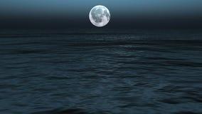Trajeto do luar com a baixa lua do tolo acima do mar video estoque