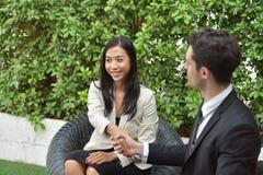 Trajeto do negócio collaboration Os homens de negócios novos agitam as mãos quando a notícia é boa Imagens de Stock