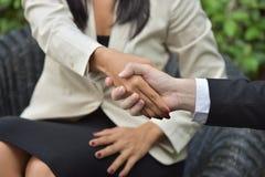 Trajeto do negócio collaboration Os homens de negócios novos agitam as mãos quando a notícia é boa Fotos de Stock