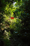 Trajeto em um mato em uma barreira com um sinal do proprietário privado Fotografia de Stock