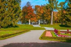 Trajeto entre os gramados no parque e na escadaria que conduzem a Catherine Palace em Tsarskoye Selo, Pushkin, St Petersburg, Rus Fotografia de Stock