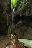 Trajeto excitante sob uma cachoeira Foto de Stock Royalty Free